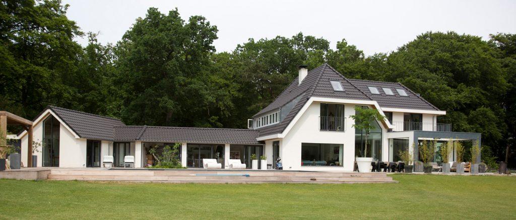 villa, in het groen, witte villa, luxe villa, woonhuis