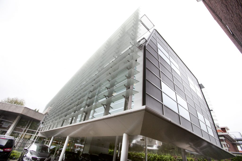 kantoorgebouw, glazen lamellen, zonwering